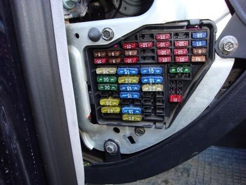 Для того чтобы ваш Audi A4 при появлении дефекта не оказался полностью обесточенным, в различные электрические цепи...